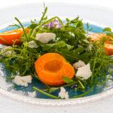 Salat mit Wildkräutern Ziegenkäse und gebratenen Aprikosen