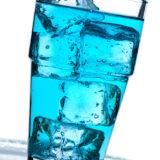 Blaues Getränk mit Eiswürfel