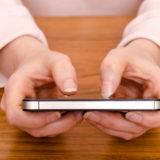 DZwei Hände und Smartphone