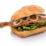 Sandwich mit Brathering Zwiebeln und Blattsalat