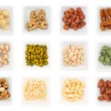 Verschiedene Nüsse in Schalen